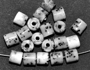 Best.Nr.:63155 Glasperlen ( tilt-beads ) in den 1920/30 Jahren in Gablonz/Böhmen hergestellt grau weiß gesprenkelt, (Prosserbeads) (nur noch wenige auf Lager)