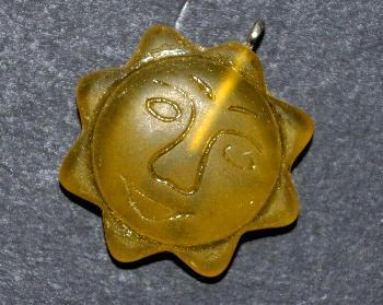 Best.Nr.:34128 Glasanhänger mit Öse, Sonnenornament im Halbrelief dargestellt, gelb transparent mattiert