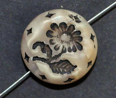 Best.Nr.:59116 vintage style Glasperlen, Perlettglas beige mit eingeprägter Blüte ,  nach alten Vorlagen aus den 1930 Jahren in Gablonz/Böhmen neu gefertigt,