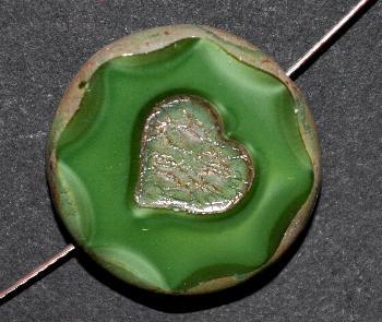 Best.Nr.:67851 Glasperlen / Table Cut Beads mit eingeprägtem Herz, Perlettglas grün, geschliffen mit burning silver picasso finish