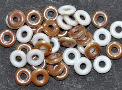 Best.Nr.:0028 Glasperlen Ringe, Spacer, weiß eine Seite beige mit AB, hergestellt in Gablonz / Tschechien