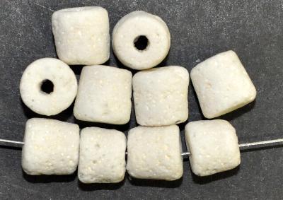 Best.Nr.:63807  Glasperlen ( tilt-beads ) in den 1920/30 Jahren in Gablonz/Böhmen hergestellt,  Schaumglas weiß, (Prosserbeads)
