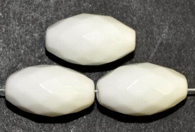 Best.Nr.: 26619 Glasperlen Oliven facettiert, weiß opak, hergestellt in Gablonz / Böhmen