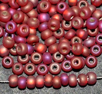 Best.Nr.:14048 Rocailles von Preciosa Tschechien rot mattiert (frostet) mit Silbereinzug und AB