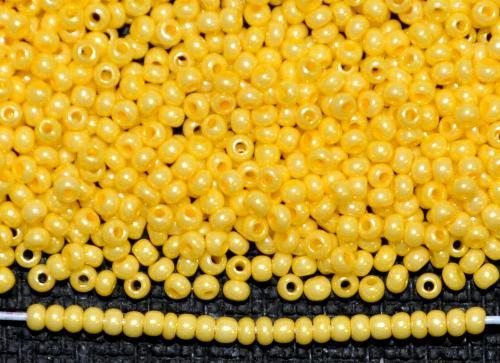 Best.Nr.:15043  Rocailles von Ornella Preciosa Tschechien,  gelb opak mit lüster