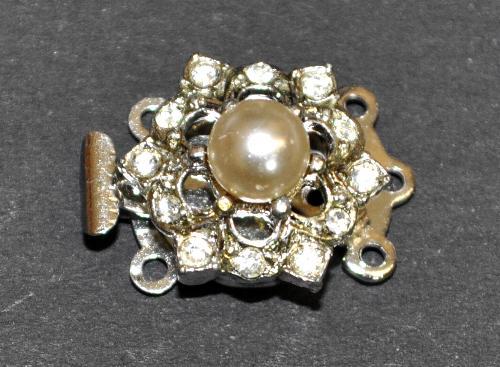 Best.Nr.:39042 Verschluss silberfarben mit 12 Strasssteinen und einer Perle,  1950/60 Jahren in Gablonz/Böhmen hergestellt