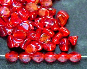 Best.Nr.:57508 Glasperlen Pinchbeads Dreieckform rot transparent mit lüster, hergestellt in Gablonz / Tschechien