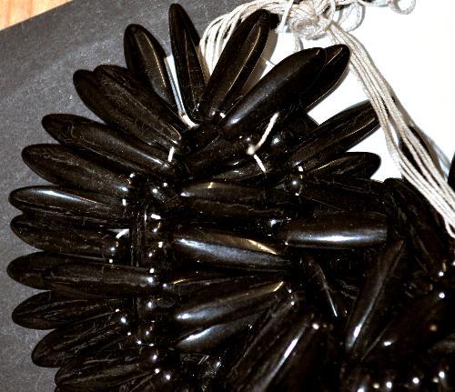 Best.Nr.:63176 Glasperlen Federperlen, schwarz opak, in der Zeit von 1910 bis 1940 in Gablonz/Böhmen  hergestellt, (nur wenige auf Lager)