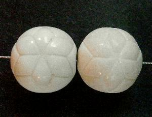 Best.Nr.:63617 Glasperlen in den 1920/30 Jahren in Gablonz/Böhmen hergestellt, mit eingeprägtem Stern, altweiß