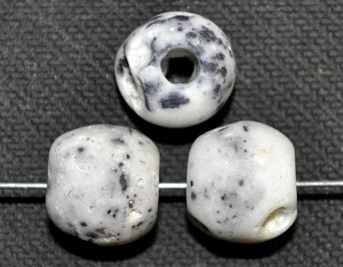 Best.Nr.:63639 Glasperlen, grau opak mattiert,  in den 1930/40 Jahren in Gablonz/Böhmen hergestellt, (Prosserbeads)
