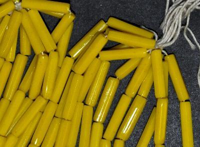 Best.Nr.:63683 Glasperlen Stäbchen in den 1920 Jahren in Gablonz/Böhmen hergestellt, gelb opak