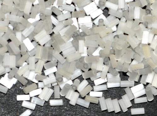 Best.Nr.:63602  Glasperlen in den 1930/40 Jahren in Gablonz/Böhmen hergestellt  2-cut Beads aus Satinglas weiß