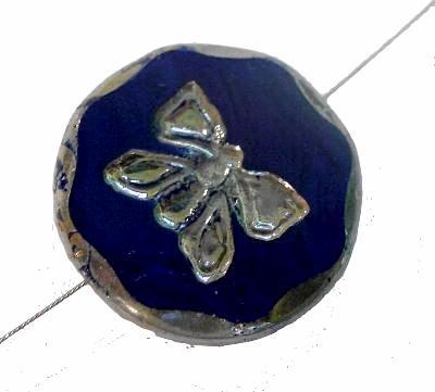 Best.Nr.:671191 Glasperlen / Table Cut Beads dunkelblau opak, mit eingeprägtem Schmetterling, geschliffen mit burning silver picasso finish, hergestellt in Gablonz / Tschechien