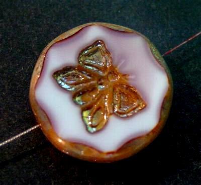 Best.Nr.:671149 Glasperlen / Table Cut Beads weißviolett opak, mit eingeprägtem Schmetterling, geschliffen mit burning silver picasso finish, hergestellt in Gablonz / Tschechien