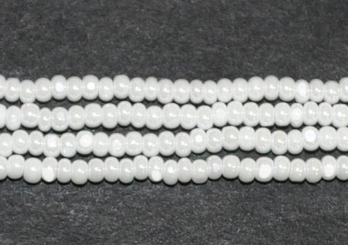 Best.Nr.:77036 Cut Rocailles / Charlottes (angeschliffene Rocailles) von Preciosa Tschechien weiß opak mit lüster, als Bund auf Faden gezogen