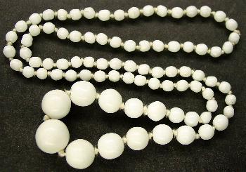 Best.Nr.:60110 Perlenkette in Gablonz hergestellt. Zum Kriegsende 1945 versteckt, wurden diese Ketten jetzt nach über 60 Jahren wiederentdeckt. Im Orginalzustand belassen. Ein Leckerbissen für Sammler oder als Fundgrube für die Schmuckgestaltung.