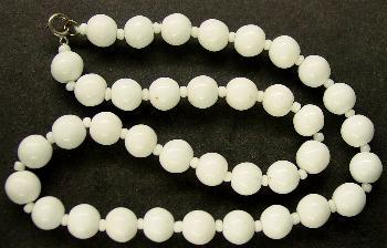 Best.Nr.:60112 Perlenkette in Gablonz hergestellt. Zum Kriegsende 1945 versteckt, wurden diese Ketten jetzt nach über 60 Jahren wiederentdeckt. Im Orginalzustand belassen. Ein Leckerbissen für Sammler oder als Fundgrube für die Schmuckgestaltung.