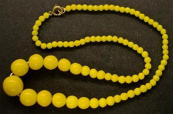 Best.Nr.:60113 Perlenkette in Gablonz hergestellt. Zum Kriegsende 1945 versteckt, wurden diese Ketten jetzt nach über 60 Jahren wiederentdeckt. Im Orginalzustand belassen. Ein Leckerbissen für Sammler oder als Fundgrube für die Schmuckgestaltung.
