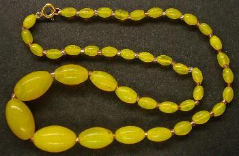 Best.Nr.:60118 Perlenkette in Gablonz hergestellt. Zum Kriegsende 1945 versteckt, wurden diese Ketten jetzt nach über 60 Jahren wiederentdeckt. Im Orginalzustand belassen. Ein Leckerbissen für Sammler oder als Fundgrube für die Schmuckgestaltung.