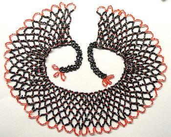 Best.Nr.:60103 wunderschön in Netztechnik handgearbeiteter Perlenkragen im 2. Viertel des vergangenen Jahrhunderts in Gablonz/Böhmen hergestellt Länge ca. 60 cm