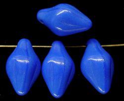 Best.Nr.:63299 Glasperlen blau in den 1940/50 Jahren in Gablonz/Böhmen hergestellt. Die Form ist ähnlich einer geschlossenen Schneeglöckchenblüte.