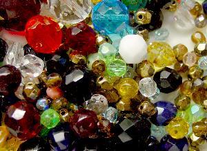 Best.Nr.:41062 Glasperlen Mix 800 bis 1300 zumeist facettierte Glasperlen. Menge je nach Zusammensetzung der Mischung.