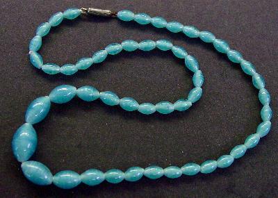Best.Nr.:60059 Perlenkette in Gablonz hergestellt. Zum Kriegsende 1945 versteckt, wurden diese Ketten jetzt nach über 60 Jahren wiederentdeckt. Im Orginalzustand belassen. Ein Leckerbissen für Sammler oder als Fundgrube für die Schmuckgestaltung.