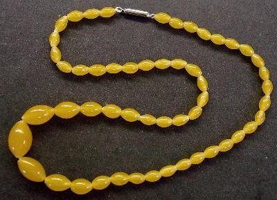 Best.Nr.:60051 Perlenkette in Gablonz hergestellt. Zum Kriegsende 1945 versteckt, wurden diese Ketten jetzt nach über 60 Jahren wiederentdeckt. Im Orginalzustand belassen. Ein Leckerbissen für Sammler oder als Fundgrube für die Schmuckgestaltung.