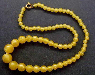 Best.Nr.:60088 Perlenkette in Gablonz hergestellt. Zum Kriegsende 1945 versteckt, wurden diese Ketten jetzt nach über 60 Jahren wiederentdeckt. Im Orginalzustand belassen. Ein Leckerbissen für Sammler oder als Fundgrube für die Schmuckgestaltung.