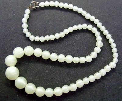 Best.Nr.:60090 Perlenkette in Gablonz hergestellt. Zum Kriegsende 1945 versteckt, wurden diese Ketten jetzt nach über 60 Jahren wiederentdeckt. Im Orginalzustand belassen. Ein Leckerbissen für Sammler oder als Fundgrube für die Schmuckgestaltung.