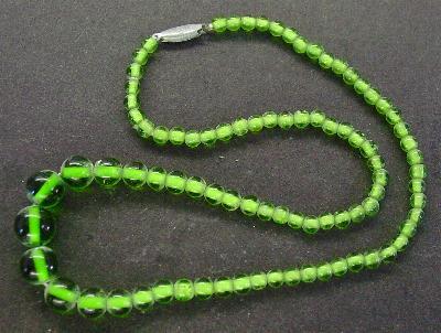 Best.Nr.:60066 Perlenkette in Gablonz hergestellt. Zum Kriegsende 1945 versteckt, wurden diese Ketten jetzt nach über 60 Jahren wiederentdeckt. Im Orginalzustand belassen. Ein Leckerbissen für Sammler oder als Fundgrube für die Schmuckgestaltung.