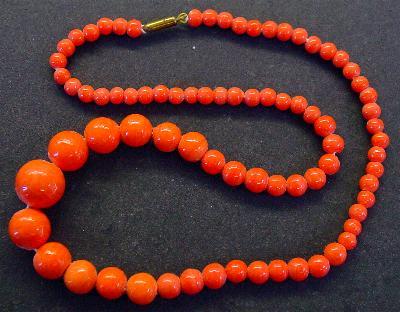 Best.Nr.:60096 Perlenkette in Gablonz hergestellt. Zum Kriegsende 1945 versteckt, wurden diese Ketten jetzt nach über 60 Jahren wiederentdeckt. Im Orginalzustand belassen. Ein Leckerbissen für Sammler oder als Fundgrube für die Schmuckgestaltung.