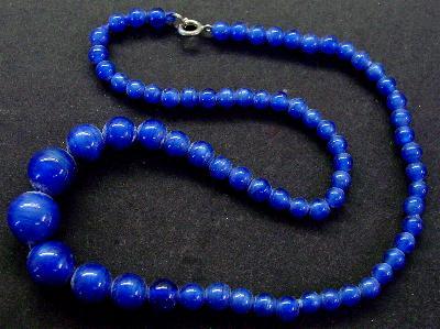 Best.Nr.:60091 Perlenkette in Gablonz hergestellt. Zum Kriegsende 1945 versteckt, wurden diese Ketten jetzt nach über 60 Jahren wiederentdeckt. Im Orginalzustand belassen. Ein Leckerbissen für Sammler oder als Fundgrube für die Schmuckgestaltung.