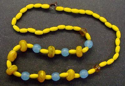 Best.Nr.:60065 Perlenkette in Gablonz hergestellt. Zum Kriegsende 1945 versteckt, wurden diese Ketten jetzt nach über 60 Jahren wiederentdeckt. Im Orginalzustand belassen. Ein Leckerbissen für Sammler oder als Fundgrube für die Schmuckgestaltung.