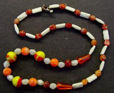Best.Nr.:60043 Perlenkette in Gablonz hergestellt. Zum Kriegsende 1945 versteckt, wurden diese Ketten jetzt nach über 60 Jahren wiederentdeckt. Im Orginalzustand belassen. Ein Leckerbissen für Sammler oder als Fundgrube für die Schmuckgestaltung.