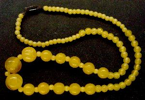 Best.Nr.:60014 Perlenkette in Gablonz hergestellt. Zum Kriegsende 1945 versteckt, wurden diese Ketten jetzt nach über 60 Jahren wiederentdeckt. Im Orginalzustand belassen. Ein Leckerbissen für Sammler oder als Fundgrube für die Schmuckgestaltung.