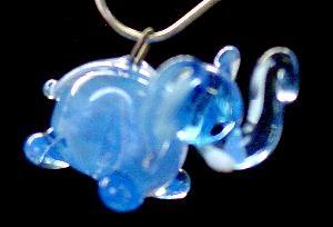 Best.Nr.:34047 in Gablonz/Böhmen handgefertigter Glasanhänger mit Öse Elefant