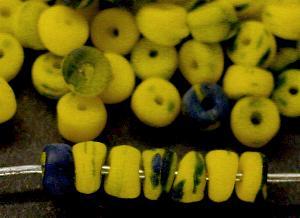Best.Nr.:63447 Glasperlen gelb blau (Kakamba Beads) in den 1920/30 Jahren in Gablonz/Böhmen, für den Afrikahandel hergestellt