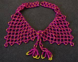 Best.Nr.:60047 wunderschön in Netztechnik handgearbeiteter Perlenkragen im 2. Viertel des vergangenen Jahrhunderts in Gablonz/Böhmen hergestellt