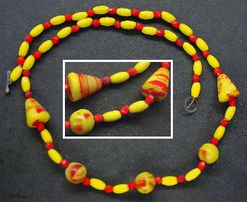 Best.Nr.:60023 Perlenkette in Gablonz hergestellt. Zum Kriegsende 1945 versteckt, wurden diese Ketten jetzt nach über 60 Jahren wiederentdeckt. Im Orginalzustand belassen. Ein Leckerbissen für Sammler oder als Fundgrube für die Schmuckgestaltung.