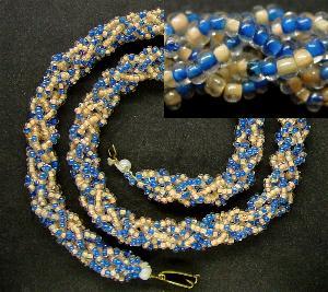 Best.Nr.:60034 Perlenkette um 1950 in Gablonz/Böhmen hergestellt Die Kette besteht aus schönen antiken Rocailles. Ein Leckerbissen für Sammler oder als Fundgrube für die Schmuckgestaltung.