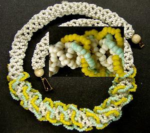 Best.Nr.:60049 Perlenkette um 1940 in Gablonz/Böhmen hergestellt. Die Kette ist in Netztechnik gearbeitet und besteht aus schönen antiken Rocailles,   Ein Leckerbissen für Sammler oder als Fundgrube für die Schmuckgestaltung.