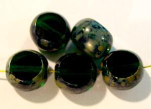 Best.Nr.:67046 Glasperlen / Table Cut Beads geschliffen smaragdgrün mit Travertin-Veredelung