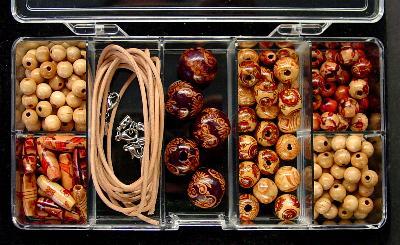 Best.Nr.:40031 Sortierkasten mit Klappdeckel 7 Fächer gefüllt mit 140 Holzperlen 2m Lederband 2mm  3 Kettenverschlüsse