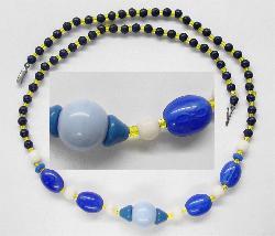 Best.Nr.:60062 Perlenkette in Gablonz hergestellt. Zum Kriegsende 1945 versteckt, wurden diese Ketten jetzt nach über 60 Jahren wiederentdeckt. Im Orginalzustand belassen. Ein Leckerbissen für Sammler oder als Fundgrube für die Schmuckgestaltung.