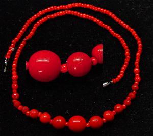 Best.Nr.:60020 Perlenkette in Gablonz hergestellt. Zum Kriegsende 1945 versteckt, wurden diese Ketten jetzt nach über 60 Jahren wiederentdeckt. Im Orginalzustand belassen. Ein Leckerbissen für Sammler oder als Fundgrube für die Schmuckgestaltung.