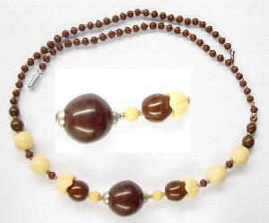 Best.Nr.:60068 Perlenkette in Gablonz hergestellt. Zum Kriegsende 1945 versteckt, wurden diese Ketten jetzt nach über 60 Jahren wiederentdeckt. Im Orginalzustand belassen. Ein Leckerbissen für Sammler oder als Fundgrube für die Schmuckgestaltung.