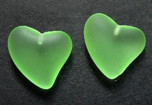 Best.Nr.:34090 Herzförmiger Anhänger hellgrün mattiert ( frostet ) zum Einkleben eines Drahtstiftes.