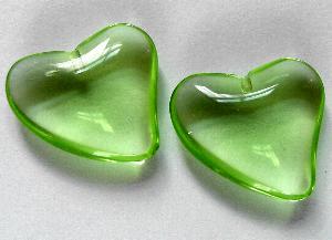 Best.Nr.:34102 Herzförmiger Anhänger hellgrün transparent zum Einkleben eines Drahtstiftes.