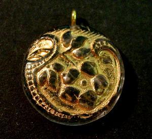 Best.Nr.:34126 Glasanhänger mit Öse vintage style , nach alten Vorlagen aus den 1920 Jahren neu gefertigt, Blütenornament im Halbrelief dargestellt, kristall mit Goldauflage